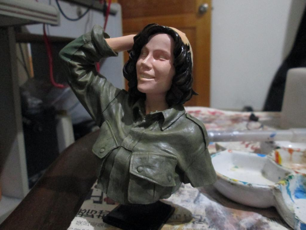 女美軍胸像