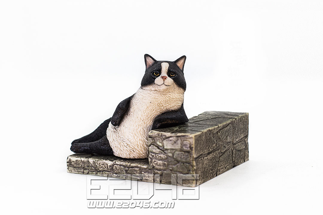 The Relaxing Cat Piebald Cat (PVC)